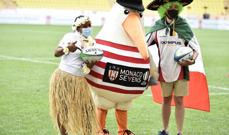 La mascotte Barbajuan le goéland avec les gagnants du concours de déguisement. (Photo by Giorgio Perottino)